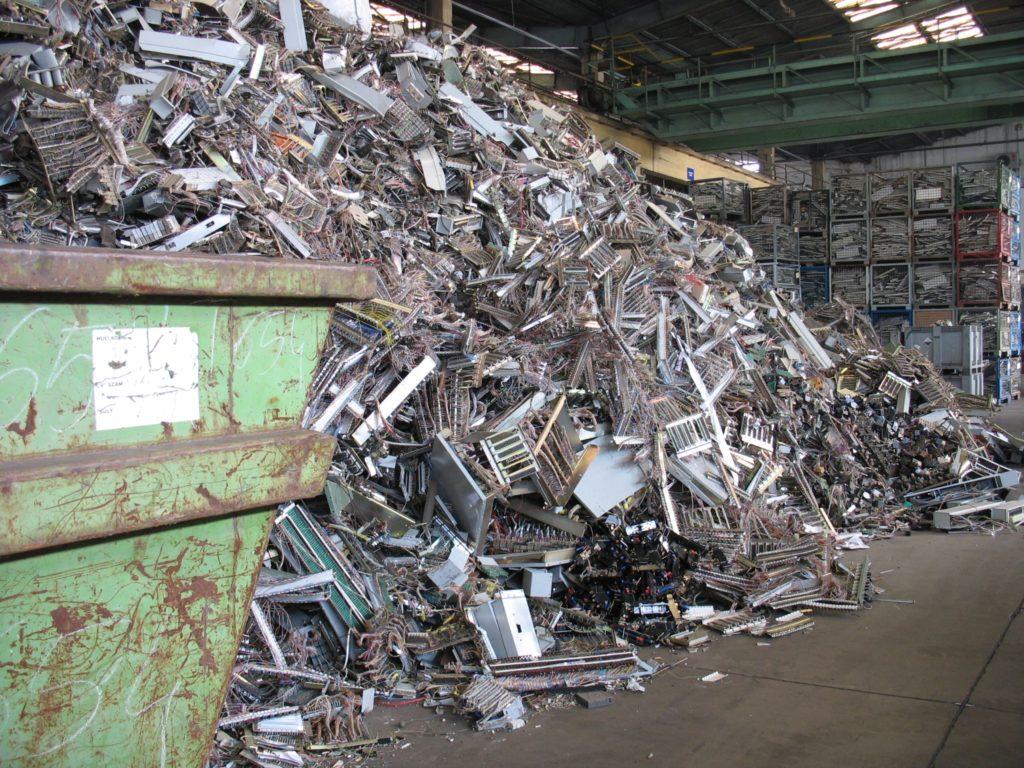 Elektronikai hulladék begyűjtése a csepeli raktárban