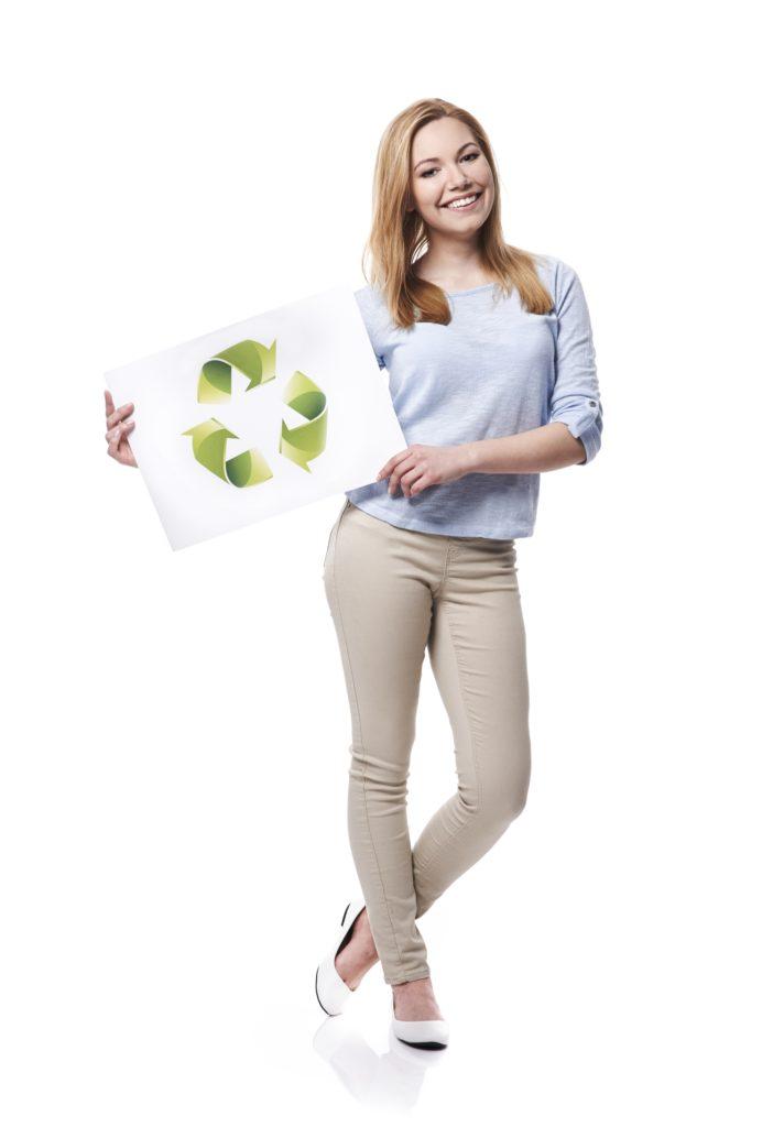 újrahasznosítás táblát fogó nő