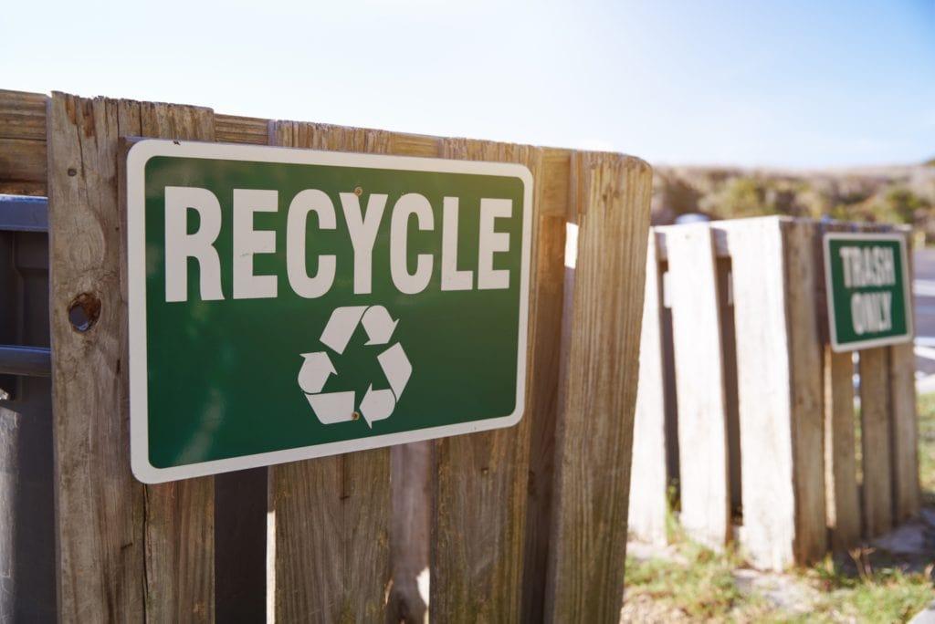 újrahasznosítás tábla kerítésen