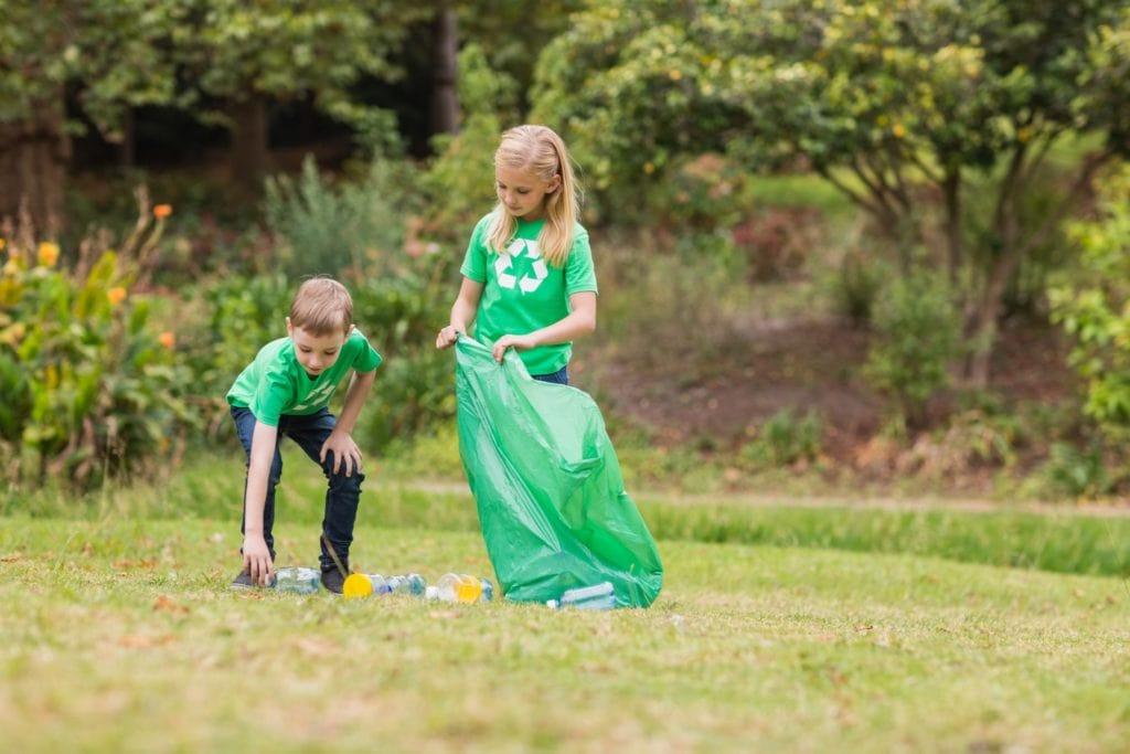 hulladékot gyűjtenek gyerekek egy zsákba