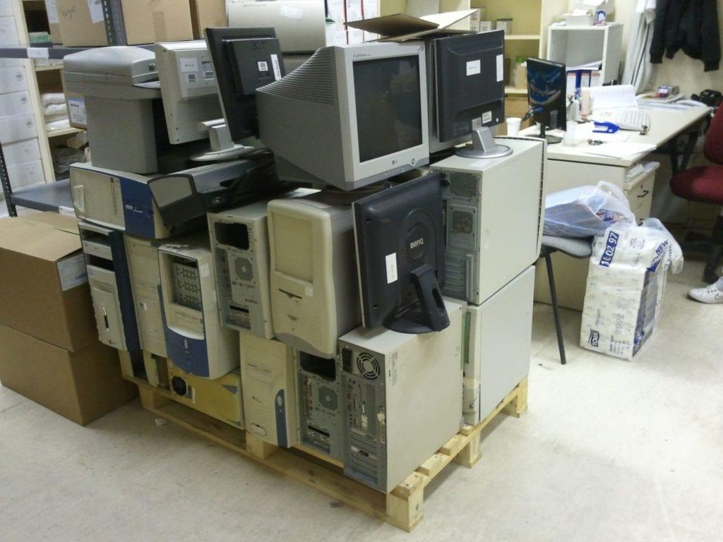 Elektronikai hulladékok - képcsöves monitorok egy kupacban