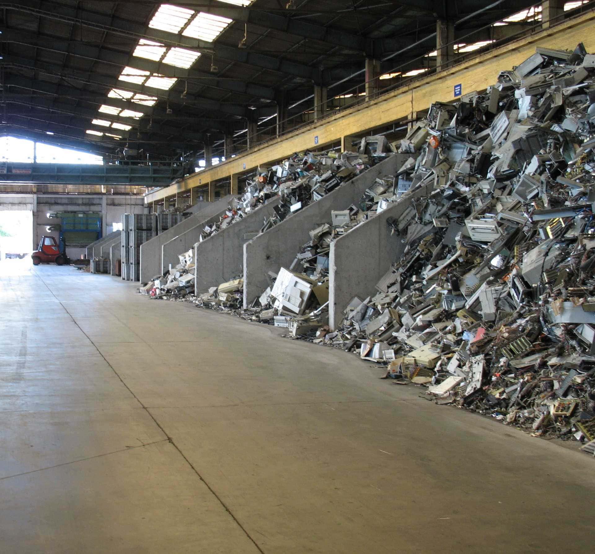 Elektronikai hulladékokat tároló fakkok csepeli raktárban