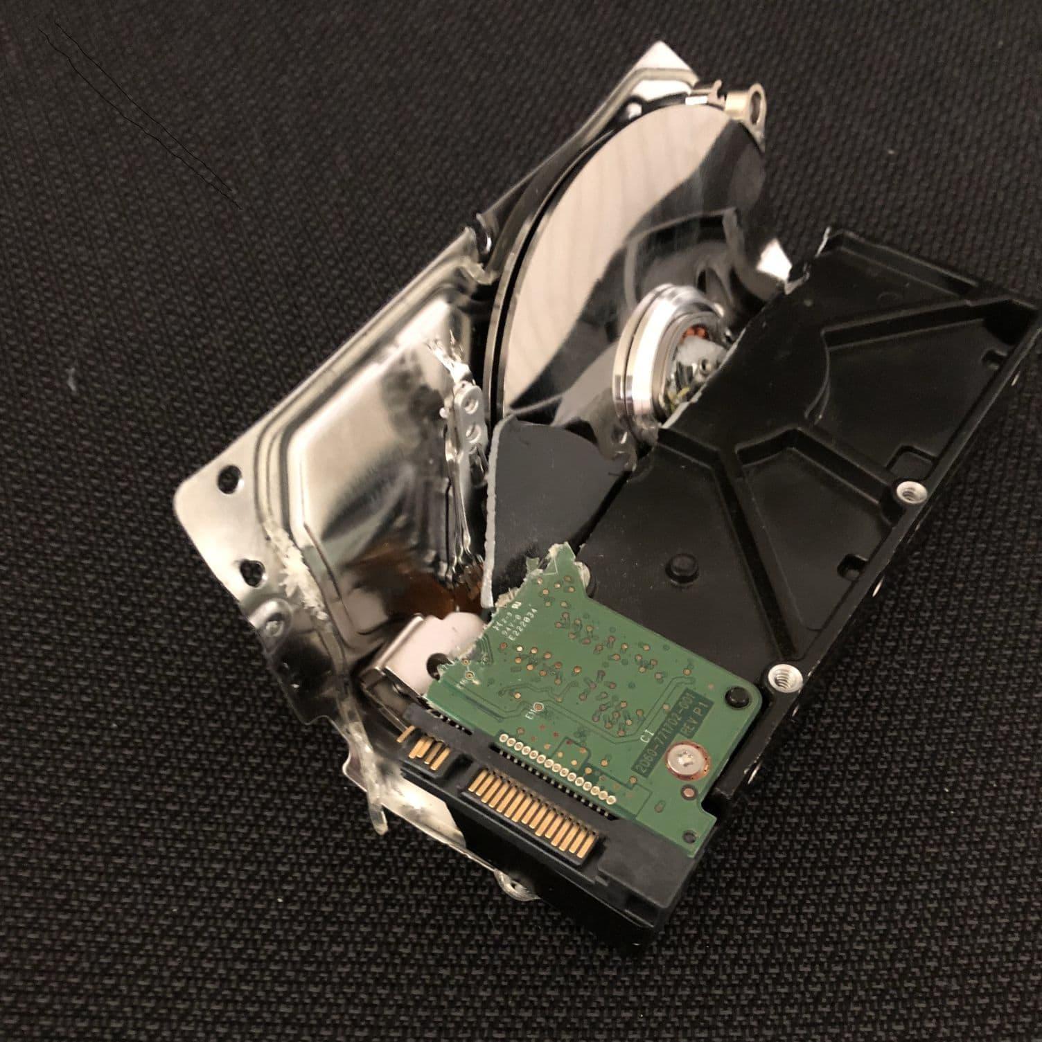 Szétzúzott HDD bizalmas e-hulladék megsemmisítéskor