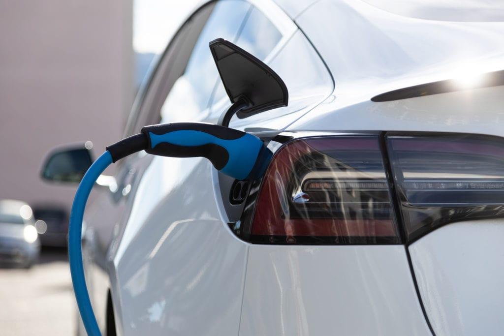 lítium-ion akkumulátor töltése fehér autóban